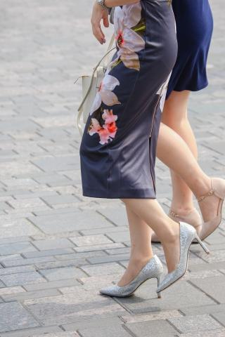 这才是中国 女人应有的打扮和穿着。古典展会视频诱惑偷拍与现代的结合