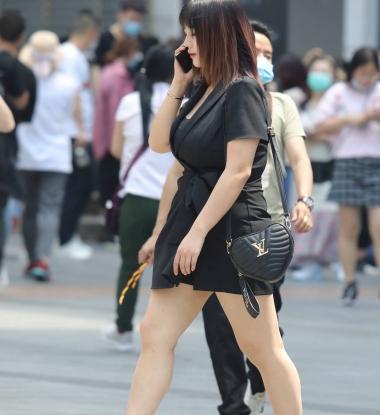 【珏成都街拍齐比小短裙一笑而过】丰满 高跟少妇-街拍丝袜第一站