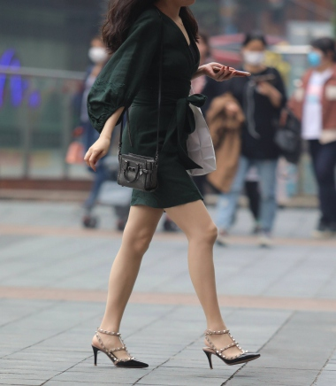 【珏一笑而过】 肉街拍紧身翘臀裤图片搜索丝袜柳丁高跟鞋-街拍丝袜第一站