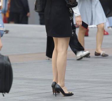 【珏一笑街拍皮裤高跟美女图片而过】黑裙高跟 少妇-街拍丝袜第一站