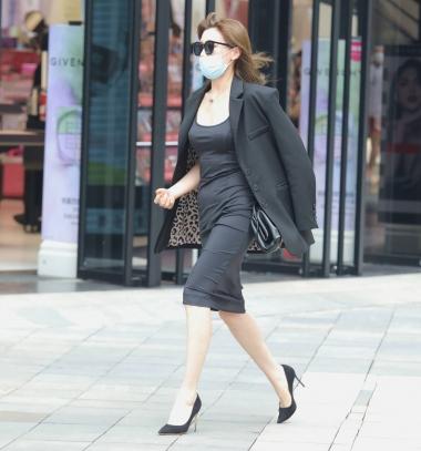 【珏一笑而街拍美胸傲人玉腿颀长过】气质 高跟少妇-街拍丝袜第一站