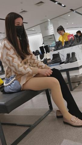 101264331视频  鞋店系列年轻长发 美 女 长靴试穿高清  视 频 1分23秒 街拍第一站全网原创独发!
