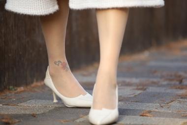 热裤,美腿,凉鞋很有韵味的 少妇路人