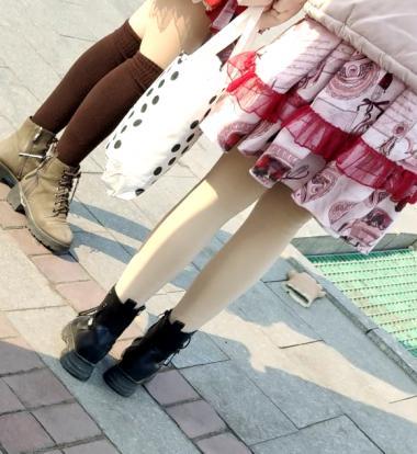 其它视王子文图片街拍频等车的两个街拍肉丝袜妹子
