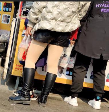 紧身视频买东西的肉春节强奸少妇街拍丝袜黑靴
