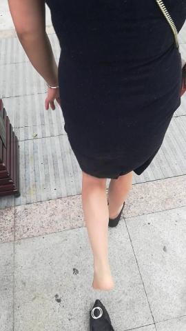 wangjunren视频  不小心把肉 丝少 妇的鞋子踩掉了 街拍第一站全网原创独发!