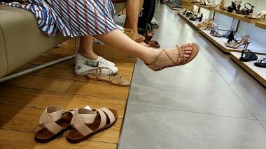 洗面奶视频  船袜试鞋美 女白皙水润的美足令人神往[04:57] 街拍第一站全网原创独发!