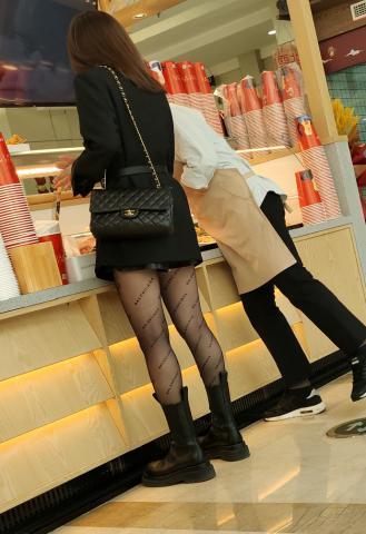 丝腿视频4k近拍极品巴黎世家黑 丝破洞 - prada视频- 街拍第一站