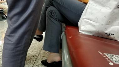丝足视频**短丝乘务员挑鞋聊天[05:54] - 洗面奶视频- 街拍第一站
