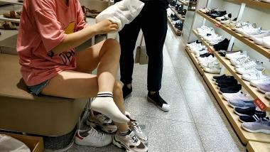 洗面奶视频  身材小巧的白袜运动美 女试鞋[03:10] 街拍第一站全网原创独发!