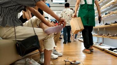 洗面奶视频  味感很足喜欢光脚踩地的船袜美 女试鞋[03:34] 街拍第一站全网原创独发!
