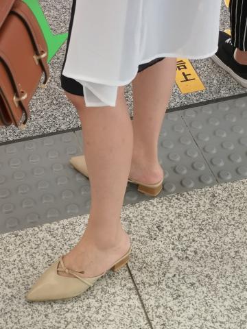 街拍精品月赛  鞋子很好看的俏丽小少 妇  10P 街拍第一站全网原创独发!