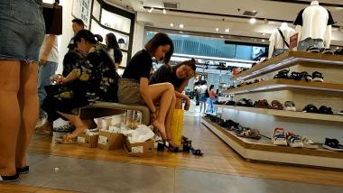 洗面奶视频  脚趾很有劲的船袜玉足美 女试鞋[02:46] 街拍第一站全网原创独发!