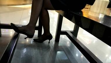 洗面奶视频  坐在一旁静静欣赏棉底黑 丝**美 女桌下不断挑动的高跟[14:45] 街拍第一站全网原创独发!