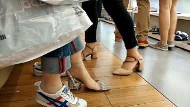 洗面奶视频  运动鞋短丝美 女脱袜试穿凉鞋[02:20] 街拍第一站全网原创独发!