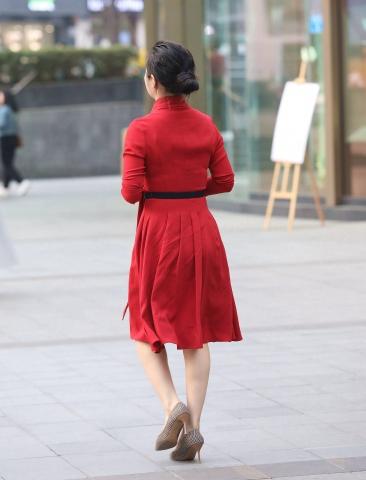 签约原创独发  【珏一笑而过】红裙高跟少 妇 街拍第一站全网原创独发!