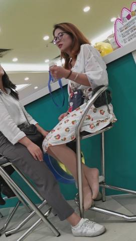 101264331视频  亲子乐园系列高颜值眼镜年轻美妈美丝腿诱货三视频 街拍第一站全网原创独发!