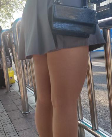 丝腿视频4k近拍短裙学妹薄肉 丝 - prada视频- 街拍第一站