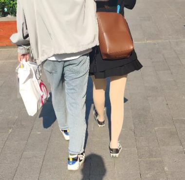 丝腿视频和男朋友逛街肉 丝 - prada视频- 街拍第一站