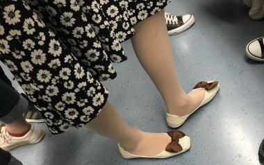 地铁花裙肉 丝8张 - 街拍精品月赛- 街拍第一站