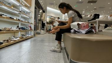 其它视频光脚穿帆布鞋的味道会是怎么样的呢[02:00] - 洗面奶视频- 街拍第一站