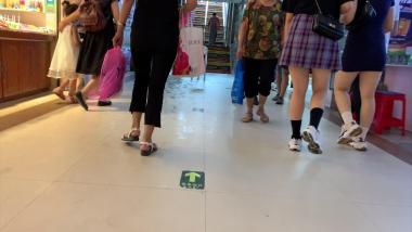 紧身视频两个包臀白皙妹子逛街,非常丰满可诱人 - 视频金币超市- 街拍第一站