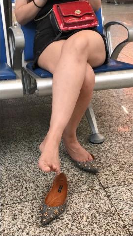 醉爱孤独视频  【醉爱作品】长腿少 妇活动玉足 街拍第一站全网原创独发!
