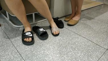洗面奶视频  嫩绿色玉足拖鞋美 女试鞋[01:01] 街拍第一站全网原创独发!