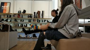 洗面奶视频  和闺蜜一起试穿筒靴的彩虹棉袜小美 女貌似很有舞蹈功底[03:02] 街拍第一站全网原创独发!