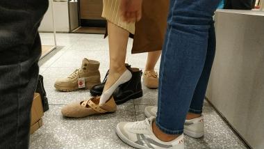 洗面奶视频  毛茸茸的平底鞋白色船袜美 女试鞋[02:07] 街拍第一站全网原创独发!