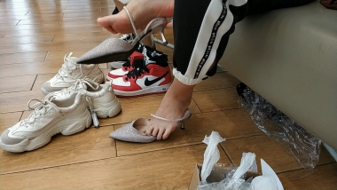 洗面奶视频  篮球鞋棉袜玉足美 女试穿凉鞋[03:47] 街拍第一站全网原创独发!