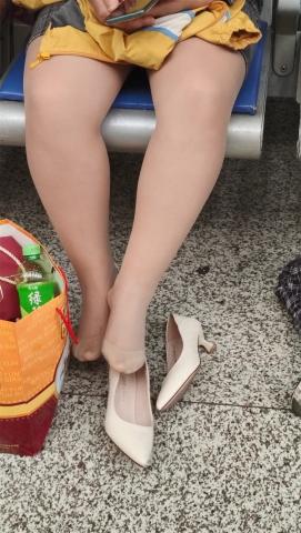 醉爱孤独视频  【醉爱作品】肉 丝白高少 妇晾丝腿 街拍第一站全网原创独发!