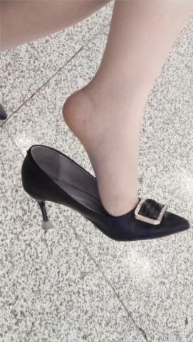 醉爱孤独视频  【醉爱作品】长腿MM挑鞋 街拍第一站全网原创独发!