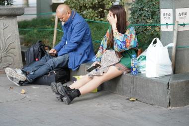 【马丁哥】坐地上玩手机呢! - VIP街拍图片发布- 街拍第一站
