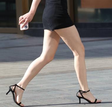 【珏一笑而过】黑色短裙妹子 - VIP街拍图片发布- 街拍第一站