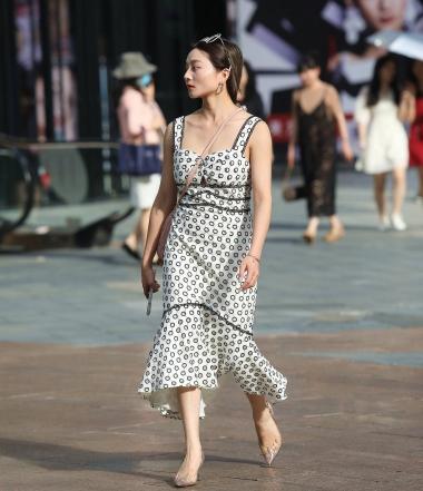 【珏一笑而过】高跟吊带裙少 妇 - VIP街拍图片发布- 街拍第一站
