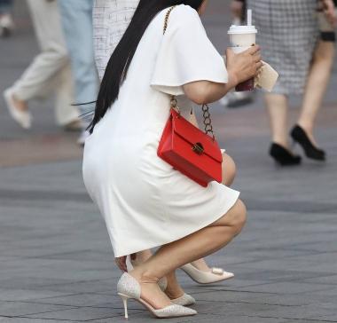 【珏一笑而过】诱惑半蹲少 妇 - VIP街拍图片发布- 街拍第一站