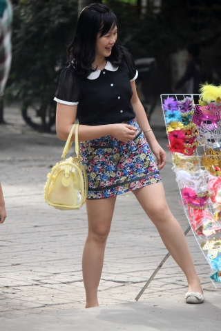 特约名家街拍  少 妇好光滑的腿,我都怀疑她是不是穿了丝 袜【17P】 街拍第一站全网原创独发!