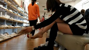 洗面奶视频  长靴咖丝少 妇试穿帆布鞋[01:48] 街拍第一站全网原创独发!