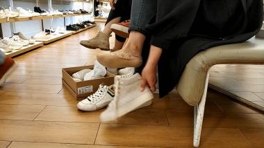 洗面奶视频  一对船袜美 女试穿高帮鞋看上去很有味道[05:06] 街拍第一站全网原创独发!