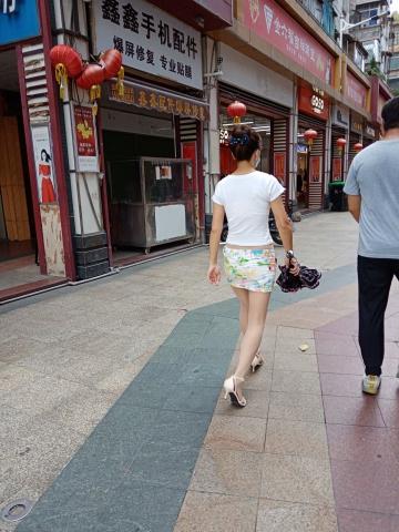 [原创申请客服QQ:1245904381]  穿着肉色超薄透明连裤丝 袜和白色高跟凉鞋的女人 街拍第一站全网原创独发!