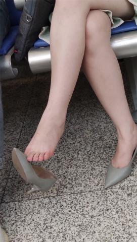街拍精品月赛  【醉爱作品】漂亮长腿高跟MM挑鞋,这技术超一流(10P) 街拍第一站全网原创独发!