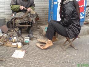 修鞋擦鞋  肉丝妹妹在修鞋[5P] 街拍第一站全网原创独发!